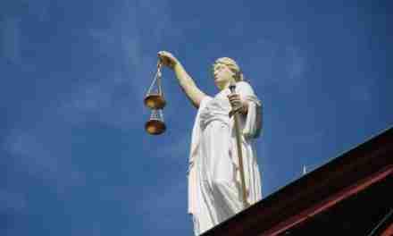Juzgados por su mano poderosa